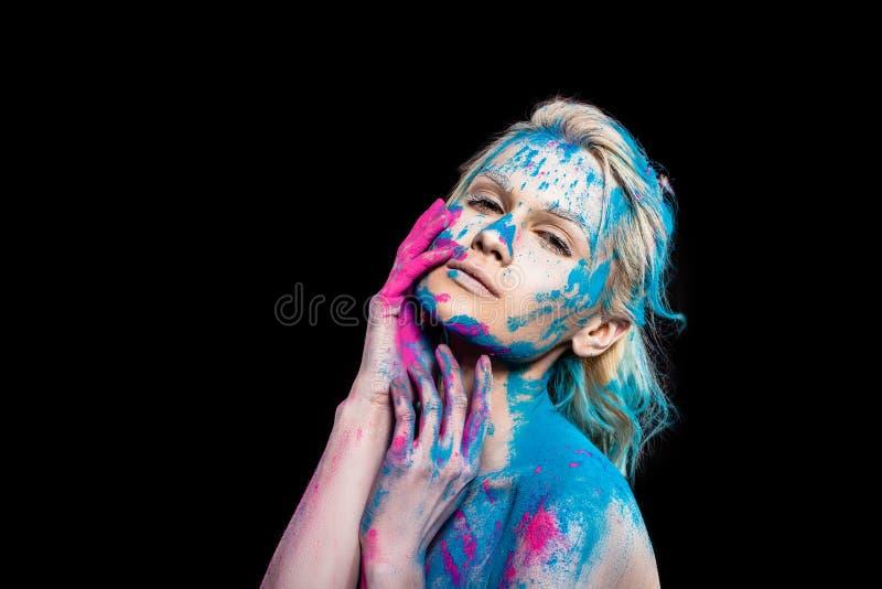 привлекательная чувственная девушка представляя в пинке и голубом порошке holi стоковое фото rf