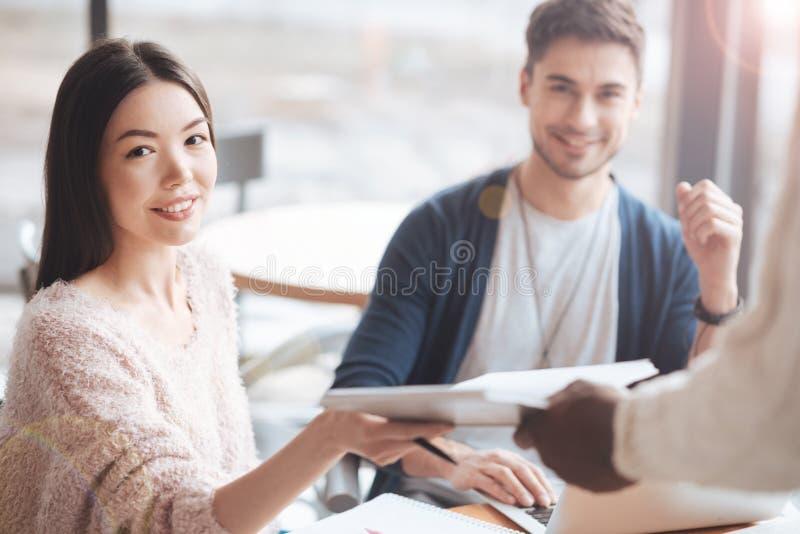 Привлекательная чужая женская персона принимая карточку меню стоковое изображение