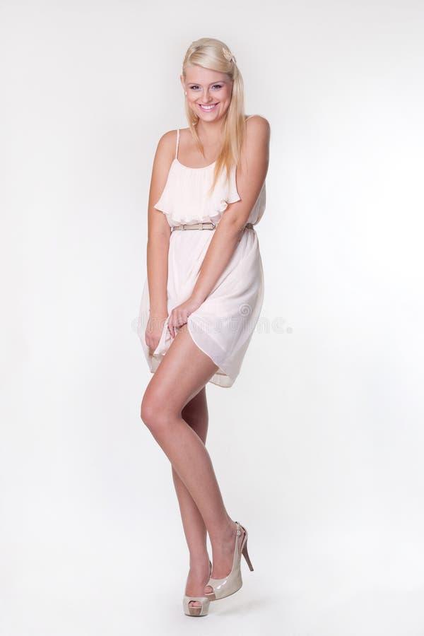 привлекательное белокурое представление девушки стоковое изображение