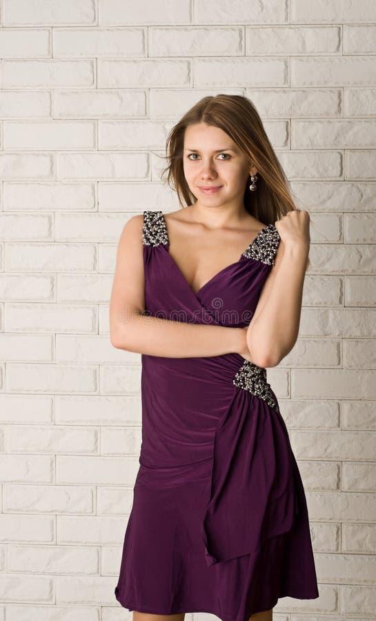 привлекательное платье представляя детенышей женщины стоковое фото