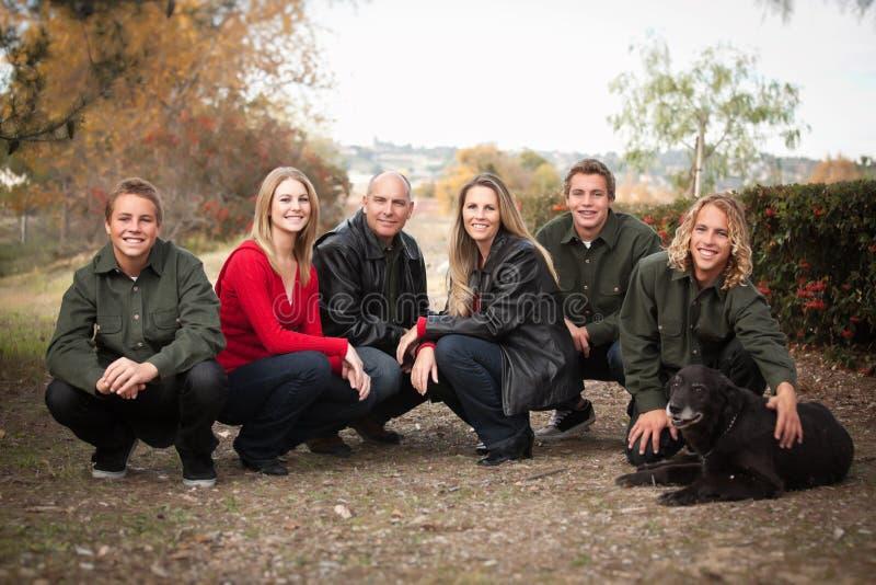 привлекательное семьи представление портрета outdoors стоковая фотография