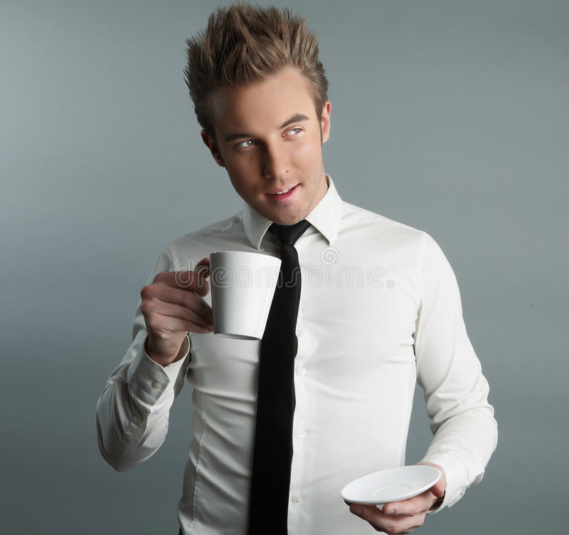 привлекательное coffe выпивая мачо детенышей стоковое фото rf