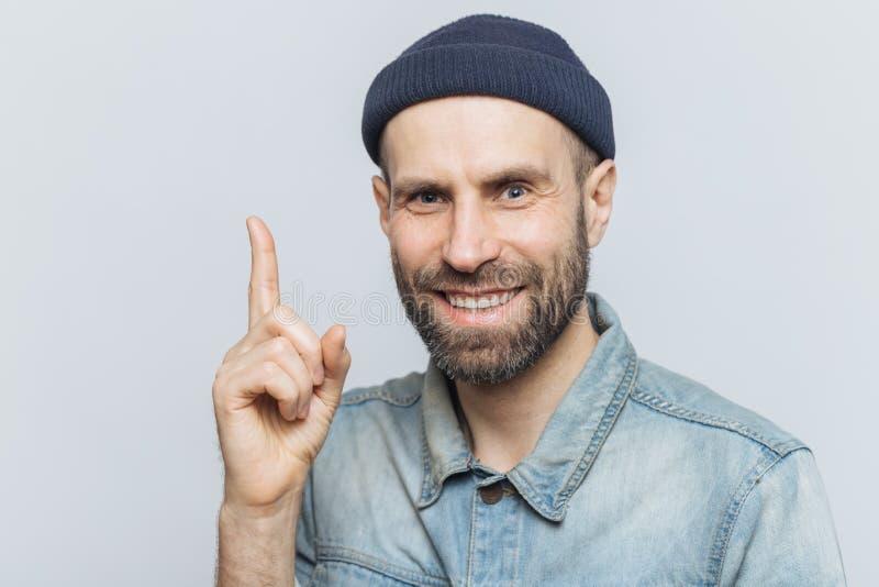 Привлекательной постаретый серединой мужской палец передней части повышений как получает хорошая идея в разуме, носит модную одеж стоковые изображения rf