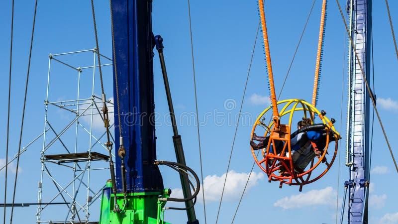 Привлекательность парка атракционов: Обратная катапульта Bungee стоковое фото