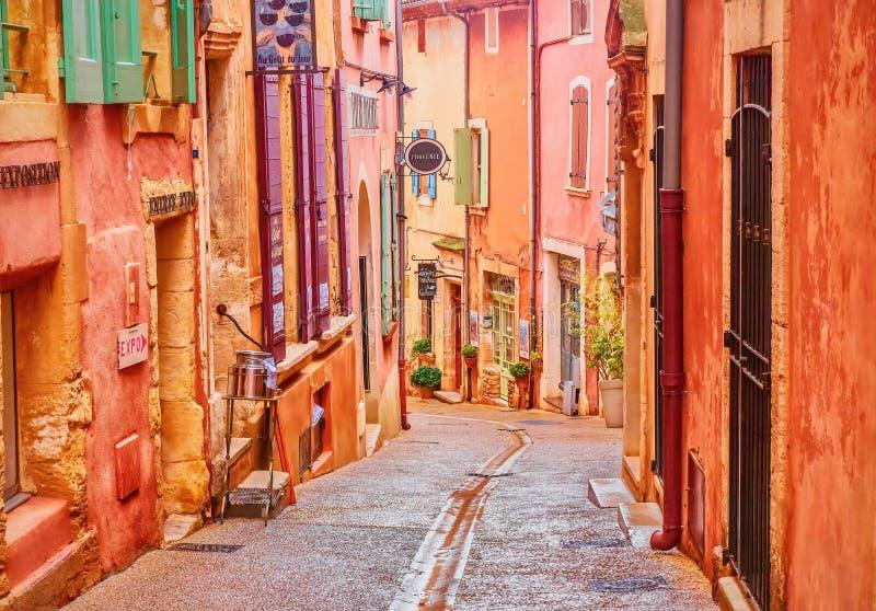 Привлекательно старомодная и красочная деревня в Провансали которая сделана охры стоковое изображение rf