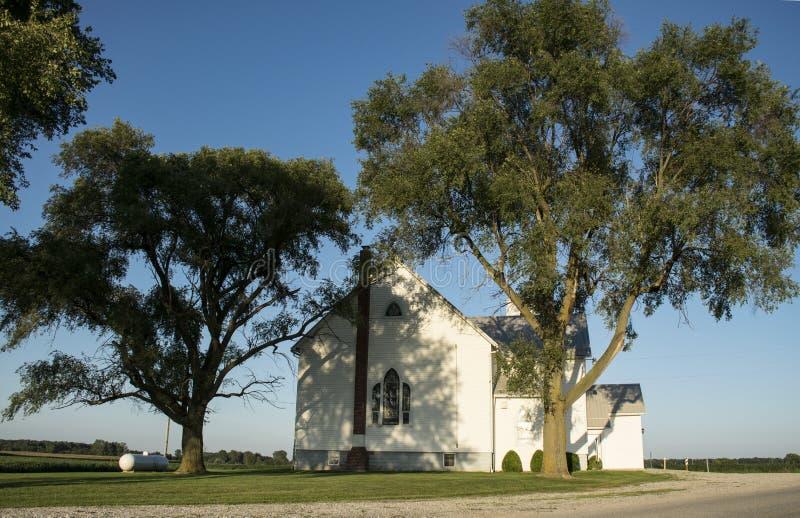 Привлекательно старомодный церковь в стране стоковые фото
