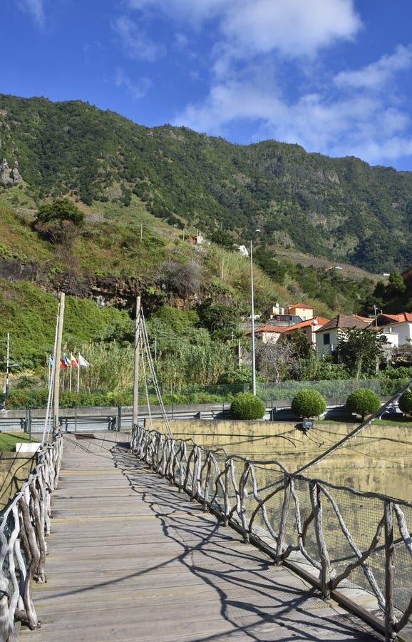 Привлекательно старомодный Footbridge на португальском острове стоковые изображения