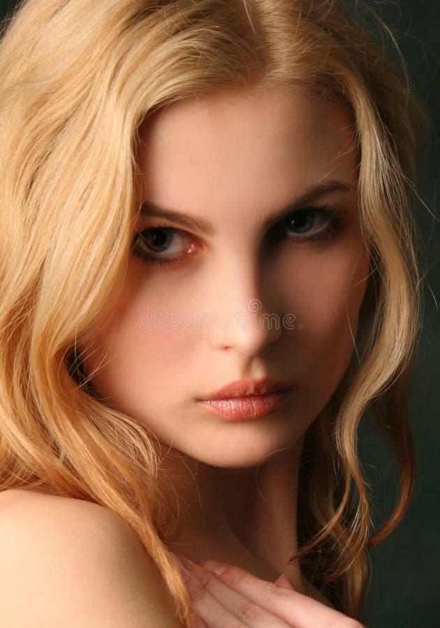 привлекательные белокурые детеныши портрета девушки стоковая фотография