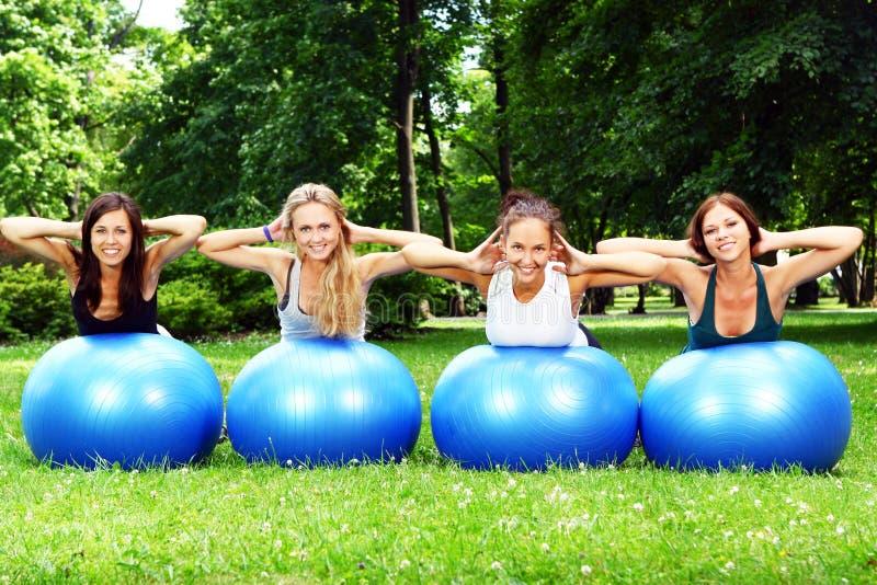 привлекательные делая девушки пригодности тренировок молодые стоковое фото rf
