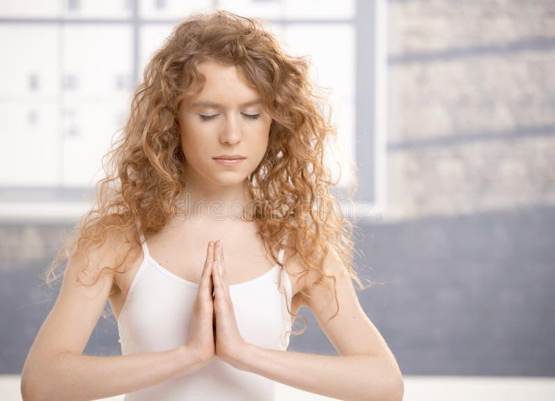 привлекательные делая детеныши йоги тренировки женские стоковое фото rf