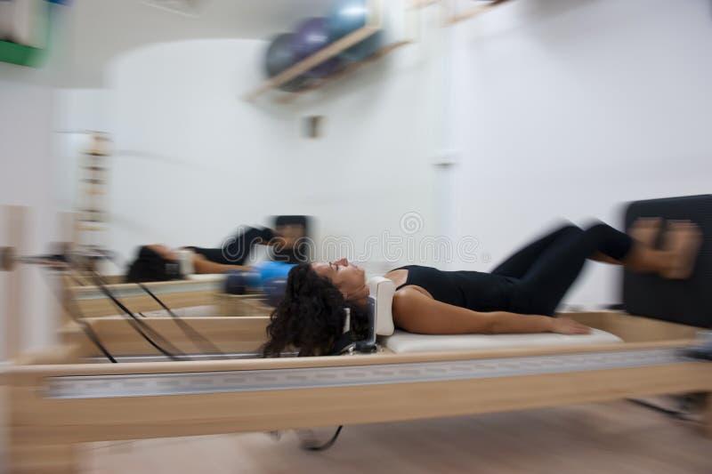 привлекательные делая pilates повелительницы молодые стоковое изображение