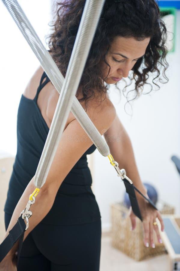 привлекательные делая pilates повелительницы молодые стоковая фотография rf