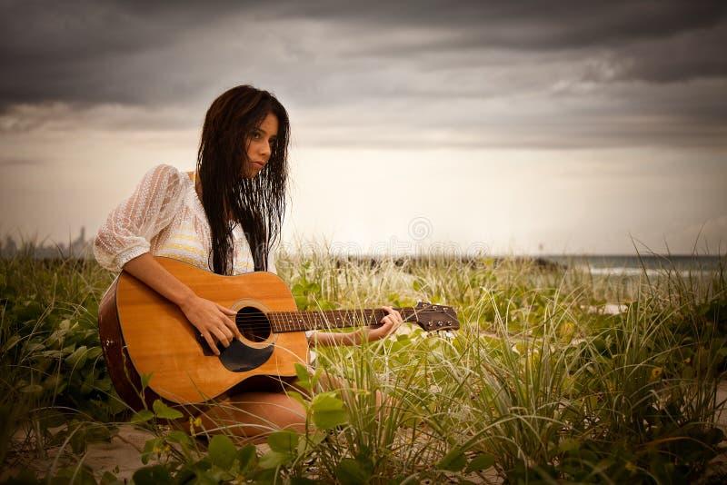 привлекательные детеныши женщины гитары пляжа стоковые фотографии rf