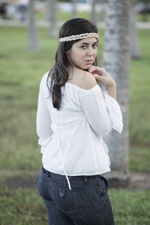 привлекательные детеныши женщины outdoors стоковая фотография rf