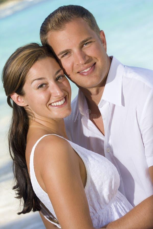 привлекательные детеныши пар пляжа стоковое изображение