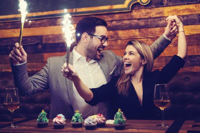 Привлекательные коллеги наслаждаясь корпоративной рождественской вечеринкой стоковое изображение