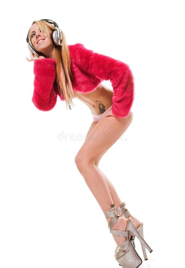 привлекательные наушники над детенышами белой женщины стоковая фотография