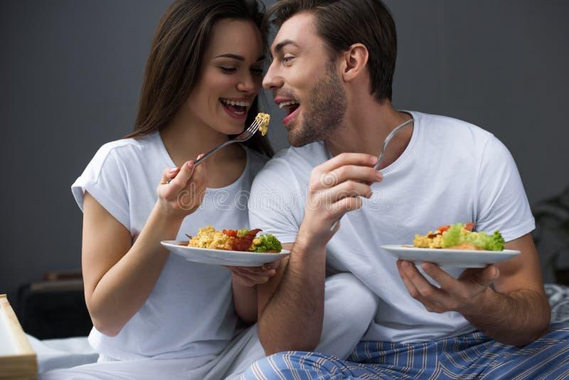 Привлекательные пары есть взбитые яйца стоковое фото rf