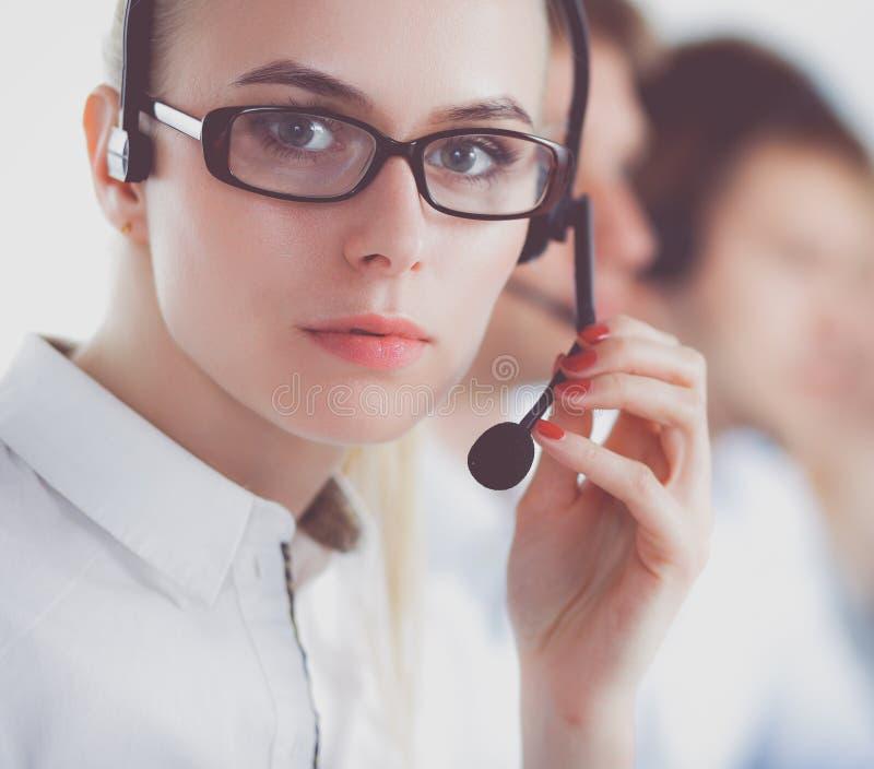 Привлекательные положительные молодые предприниматели и коллеги в офисе центра телефонного обслуживания предприниматели стоковое фото