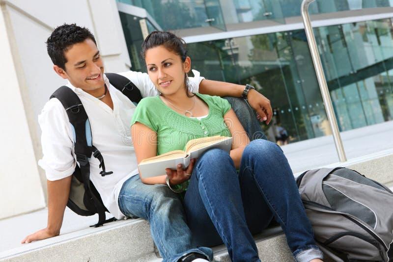 привлекательные студенты колледжа подростковые стоковое изображение