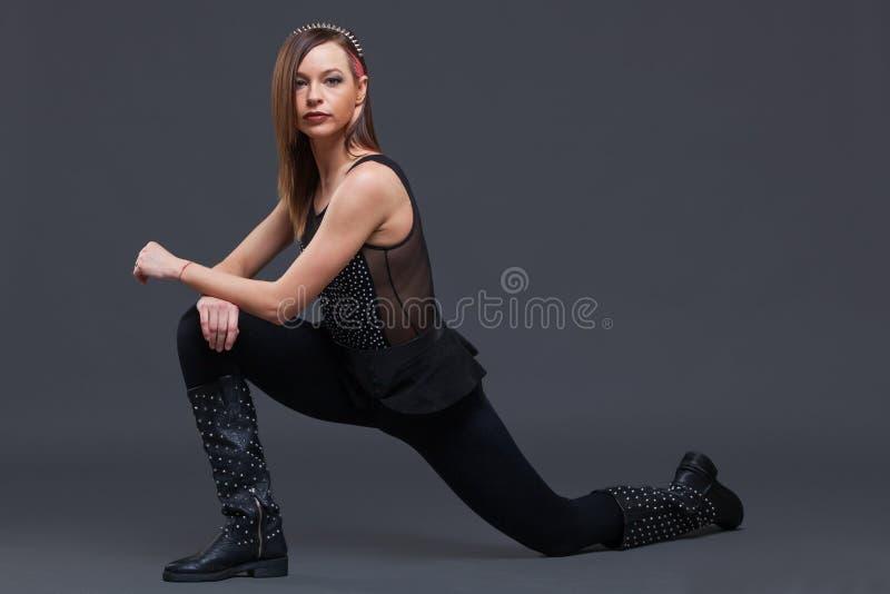 Привлекательные танцы молодой женщины, на черной предпосылке стоковая фотография rf