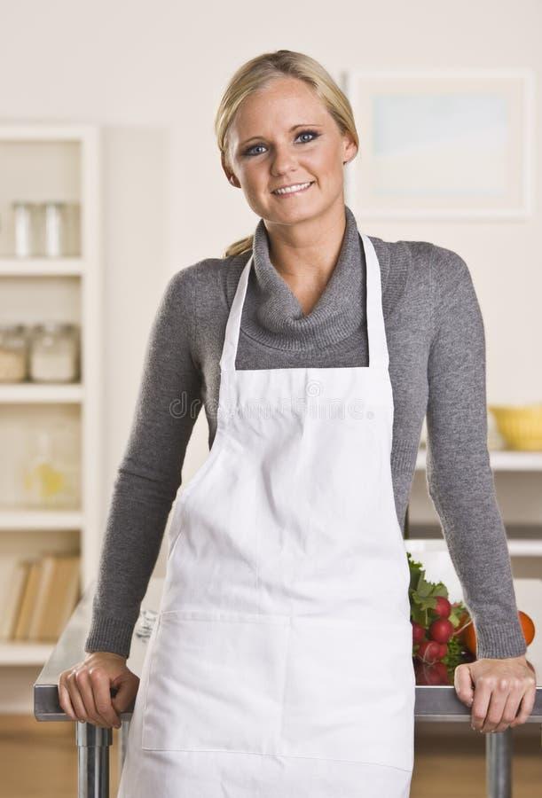 привлекательный белокурый шеф-повар стоковые изображения