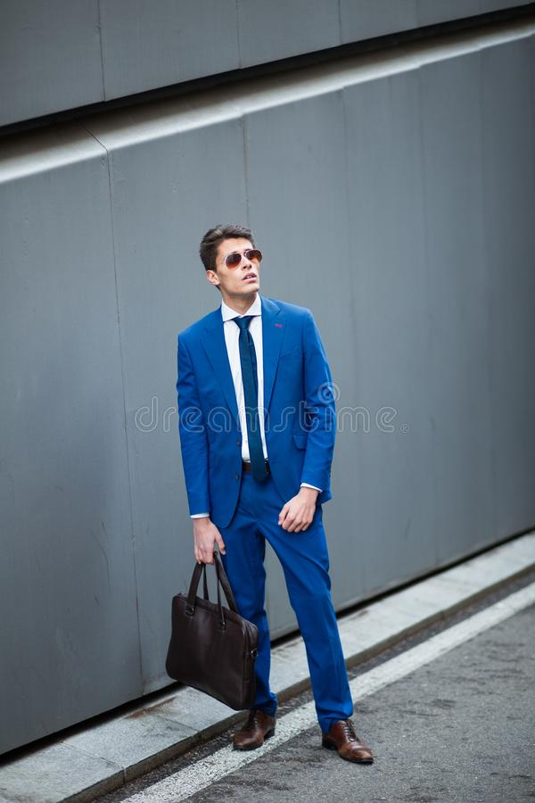Привлекательный бизнесмен стоя в улице стоковые изображения