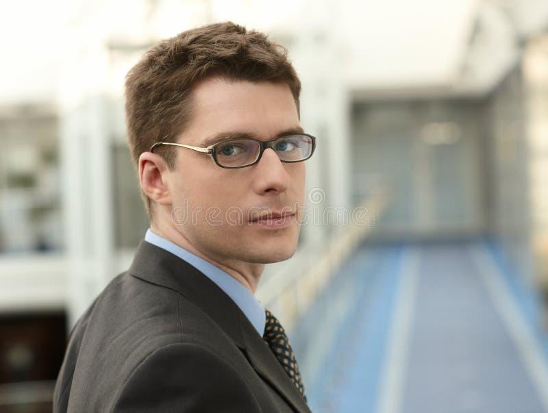привлекательный бизнесмен стоковое изображение