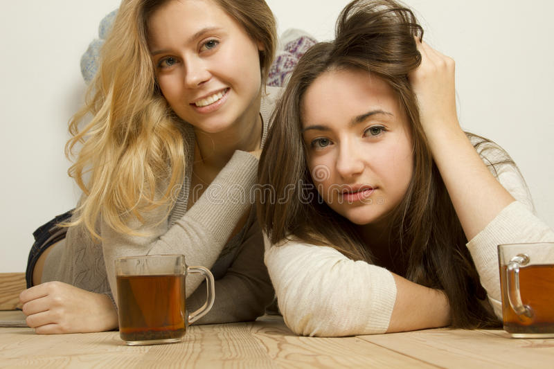 привлекательный выпивая чай 2 друзей стоковое изображение rf