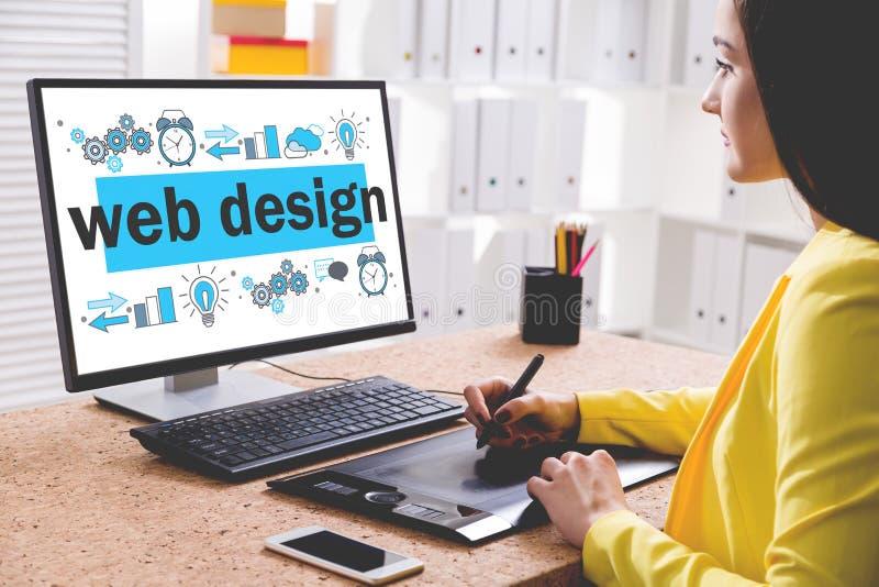 Привлекательный дизайнер рисуя эскиз веб-дизайна стоковые изображения