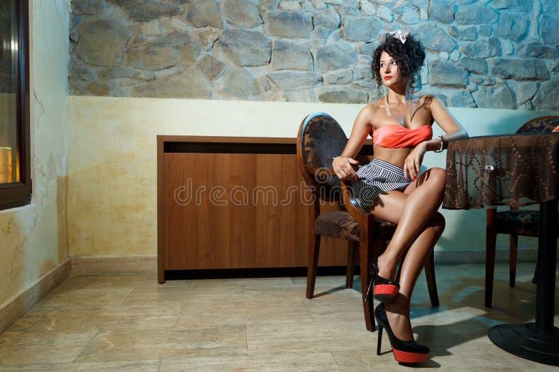 Привлекательный ждать девушки стоковое фото