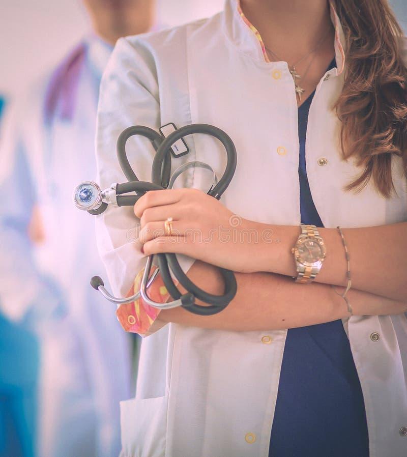 Привлекательный женский доктор перед медицинской группой стоковые изображения