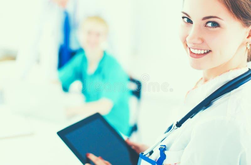 Привлекательный женский доктор перед медицинской группой стоковая фотография