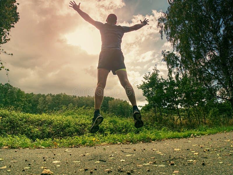 Привлекательный и высокорослый человек бегуна в тонком ходе sportswear стоковое фото rf
