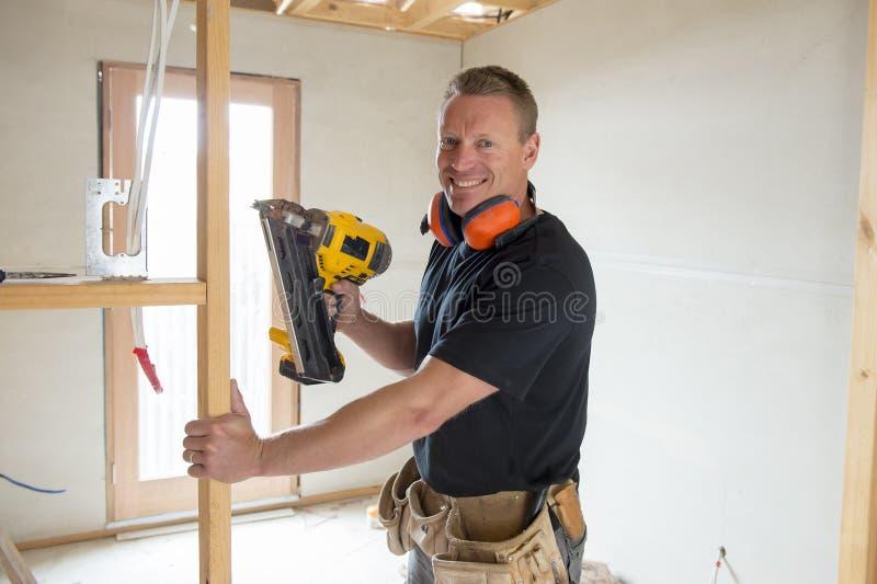 Привлекательный и уверенно плотник конструктора или древесина человека построителя работая с электрическим сверлильным аппаратом  стоковые изображения