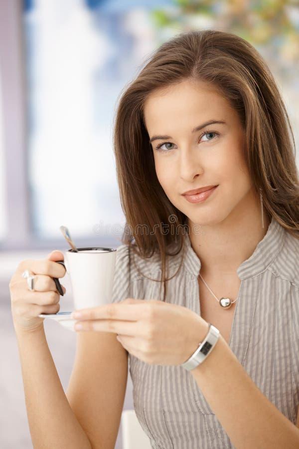 привлекательный кофе имея женщину стоковое изображение rf