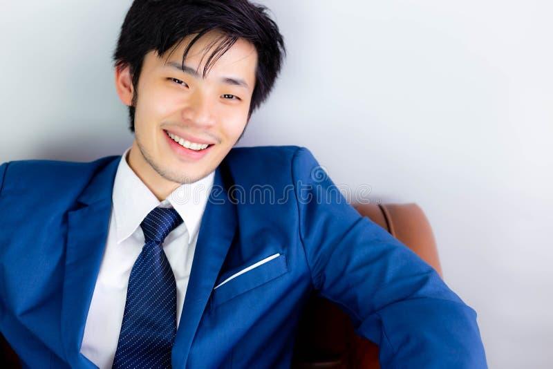 Привлекательный красивый бизнесмен получает счастье со стороной улыбки стоковое фото