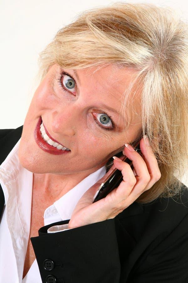 привлекательный мобильный телефон 40 что-то женщина стоковая фотография