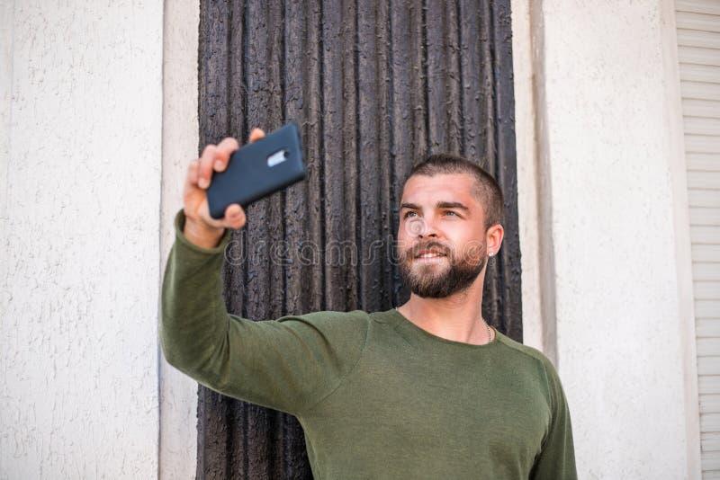 Привлекательный молодой парень хипстера делает selfie стоковое фото