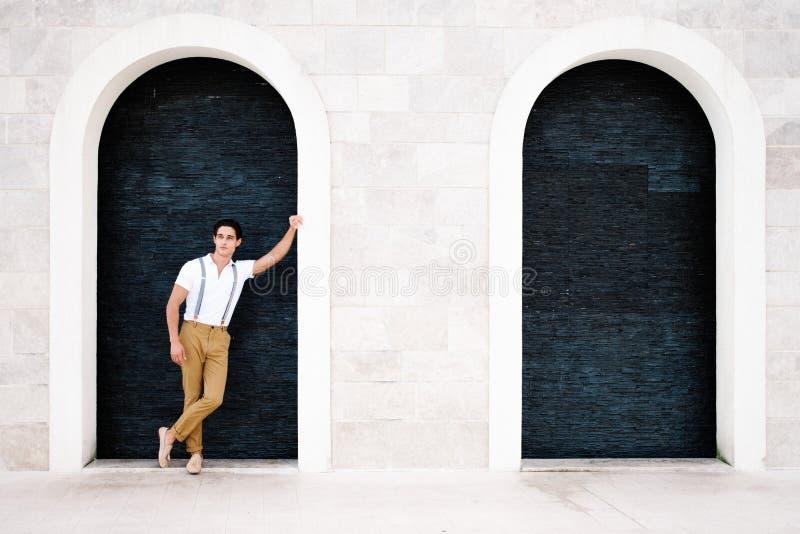 Привлекательный молодой человек моды в костюме идет вокруг городка Порту стоковая фотография rf