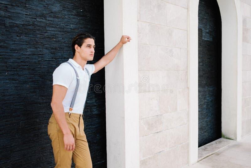 Привлекательный молодой человек моды в костюме идет вокруг городка Порту стоковая фотография