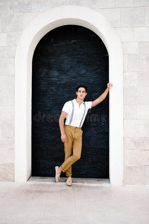 Привлекательный молодой человек моды в костюме идет вокруг городка Порту стоковое фото rf