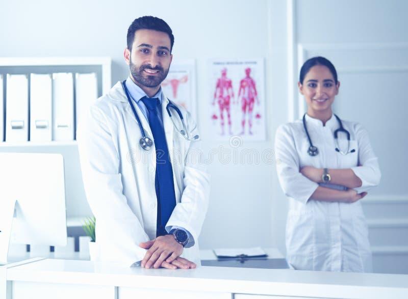 Привлекательный мужской доктор перед медицинской группой стоковые изображения rf