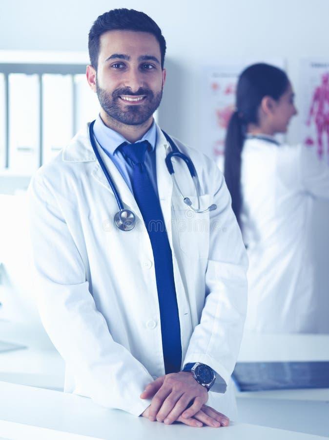 Привлекательный мужской доктор перед медицинской группой стоковая фотография rf