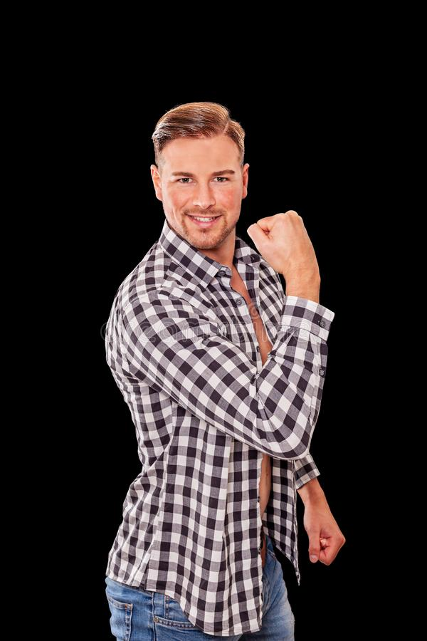 Привлекательный мужской человек изгибая его мышцы руки стоковая фотография