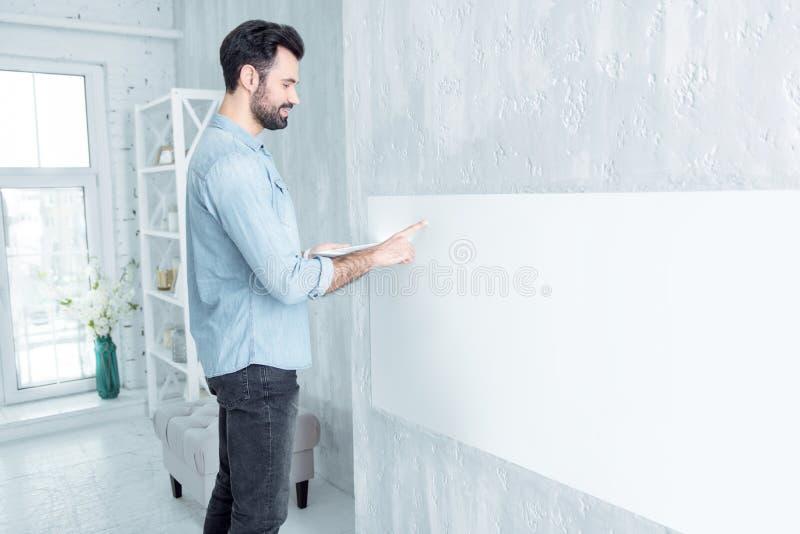 Привлекательный мужчина брюнет стоя в semi положении стоковые изображения rf