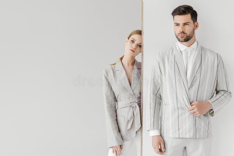 привлекательный мужчина и женские модели в стильных винтажных одеждах стоковые изображения