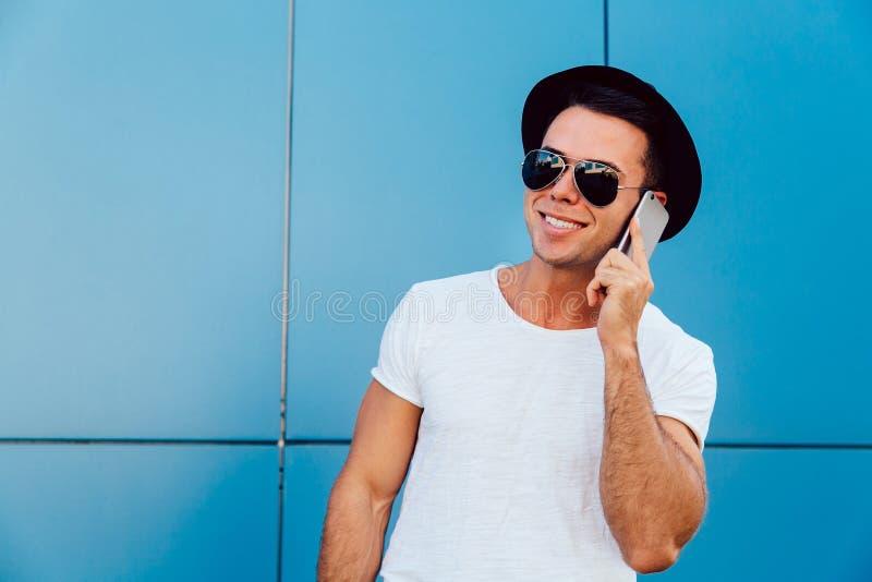 Привлекательный парень говоря сотовым телефоном, outdoors стоковое фото rf