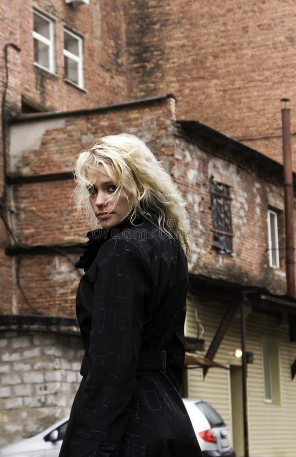 привлекательный портрет девушки города стоковое изображение