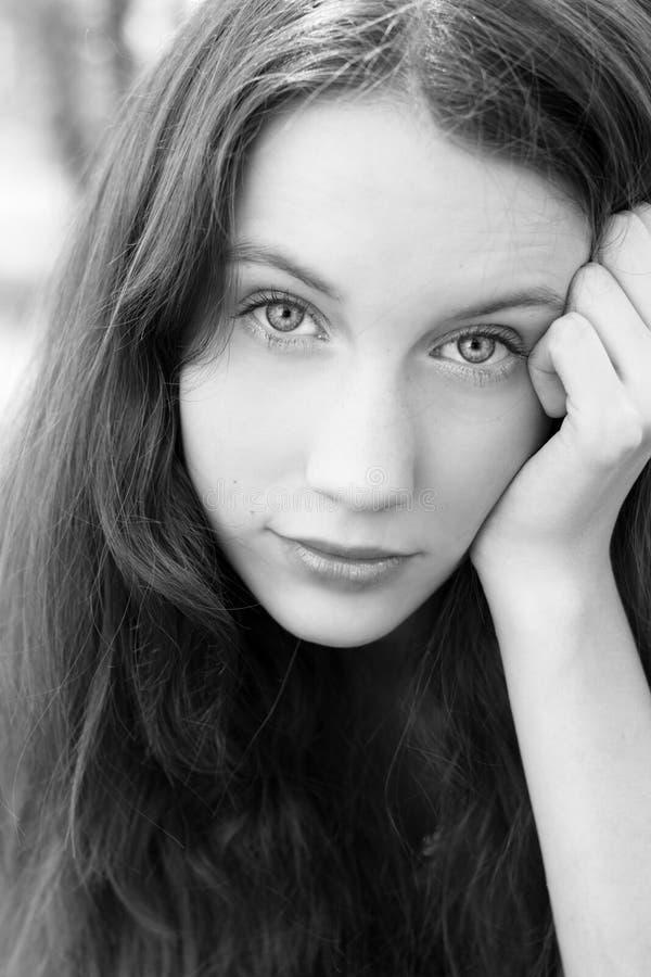 привлекательный портрет изображения девушки bw стоковое фото rf